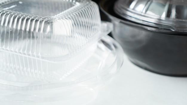 Czarno-białe plastikowe pojemniki na żywność na białym tle