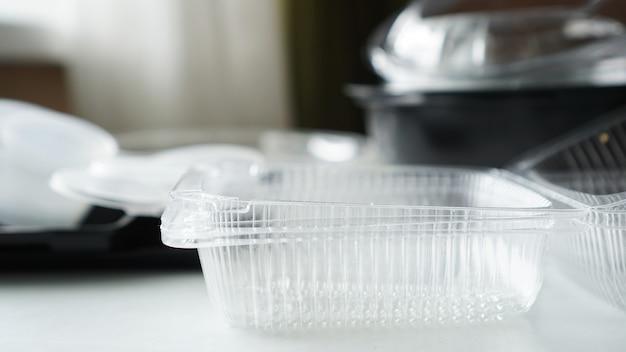 Czarno-białe plastikowe pojemniki na żywność na rozmytym tle