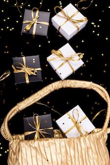 Czarno-białe pudełka ze złotą wstążką