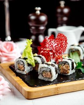 Czarno białe sushi ustawione na stole