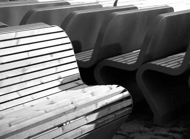 Czarno-białe tło ławki w parku