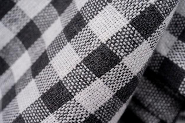 Czarno-białe ubrania w kratkę na białym tle. ręcznik piknikowy, selektywne ustawianie ostrości, widok makro