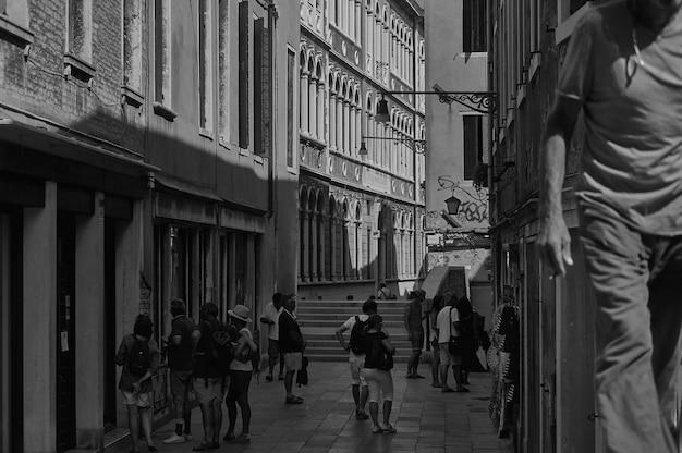 Czarno-białe ujęcie sceny z codziennego życia w typowej włoskiej wiosce.