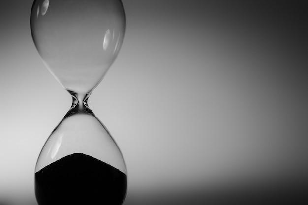 Czarno-białe zdjęcie klepsydry z bliska