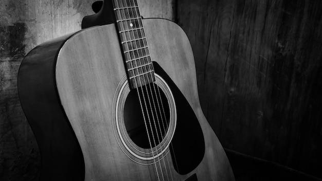 Czarno-białe zdjęcie, piękna gitara akustyczna