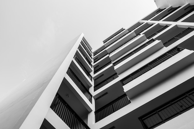 Czarno-biały budynek zewnętrzny