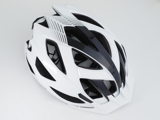 Czarno-biały kask rowerowy. widok z góry.