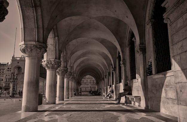 Czarno-biały obraz placu piazza san marco w wenecji
