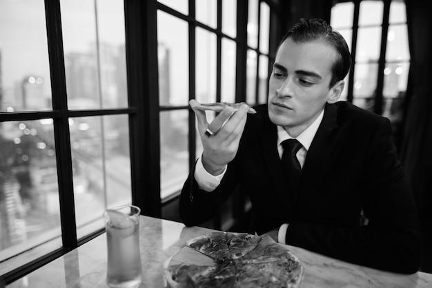 Czarno-biały portret biznesmena siedzącego w restauracji