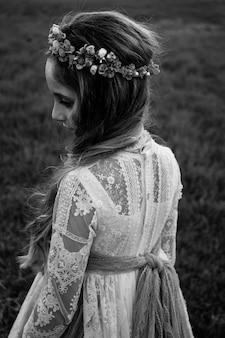 Czarno-biały portret blondynki ubranej w sukienkę komunijną
