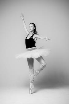 Czarno biały portret młodej kobiety baleriny