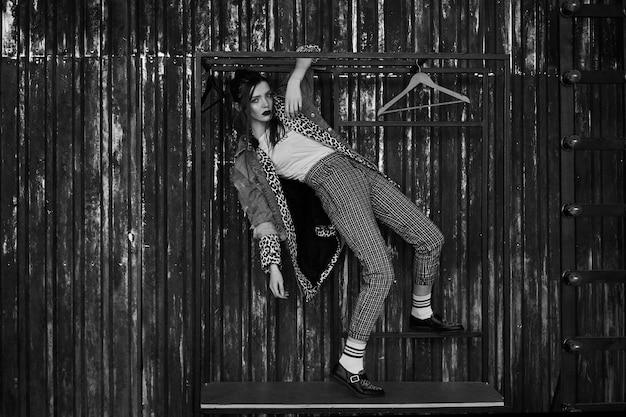 Czarno biały portret seksownej dziewczyny w stylu grunge. dramatyczna czarno-biała fotografia pięknej kobiety w ciemności