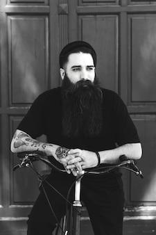 Czarno-biały portret stylowej rowerzysty