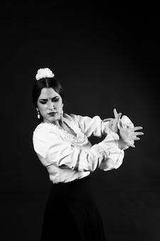 Czarno-biały tancerz flamenca średni strzał