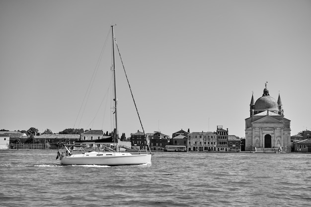 Czarno-biały widok na wenecję z jachtem i wyspą giudecca, włochy.