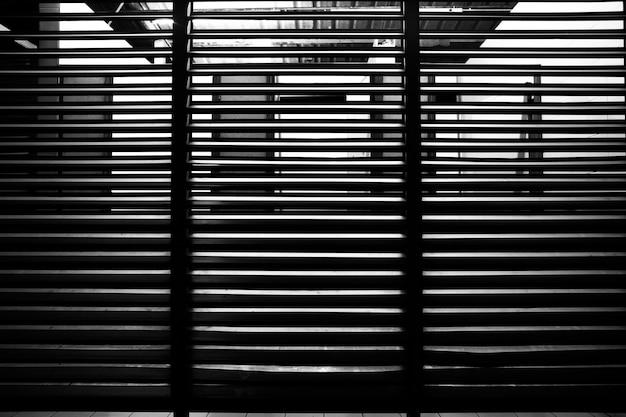 Czarno-biały wzór linii z części budynku