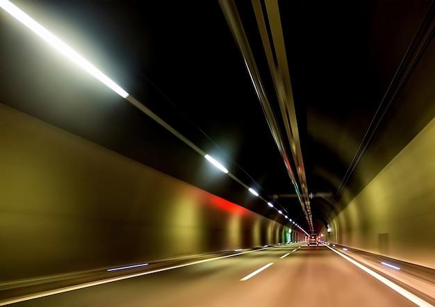 Czarno-brązowe metro