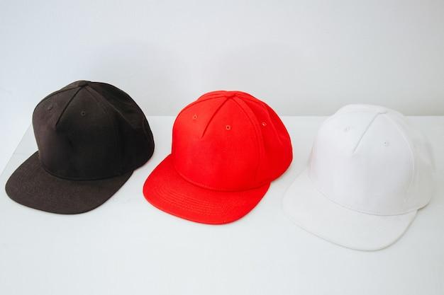 Czarno czerwono-biały snapback na białym tle