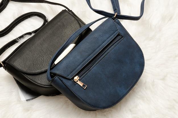 Czarno-niebieskie torebki.