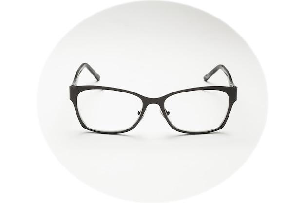 Czarno oprawione okulary na białym tle