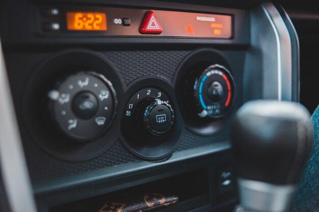 Czarno-szare radio samochodowe