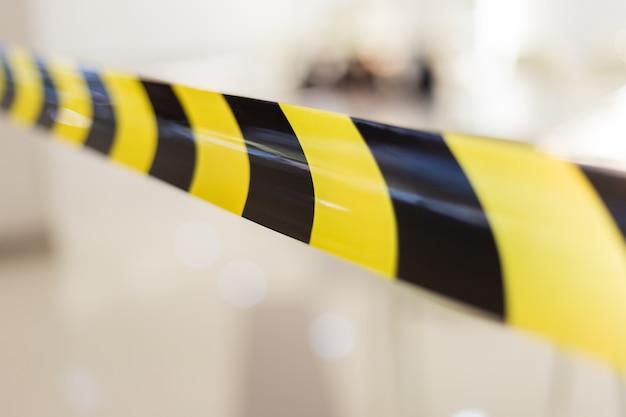 Czarno-żółta taśma barierowa do strefy zagrożenia podziałem.