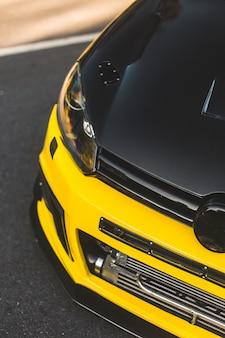 Czarno-żółty autotuning samochodu w sportowym stylu.