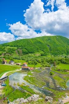 Czarnogóra gusinje grupa turystów odwiedza słynne źródła ali pasha