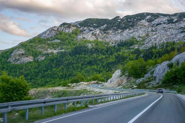 Czarnogóra, zabljak. turyści podróżują samochodami po górskich drogach czarnogóry. durmitor.