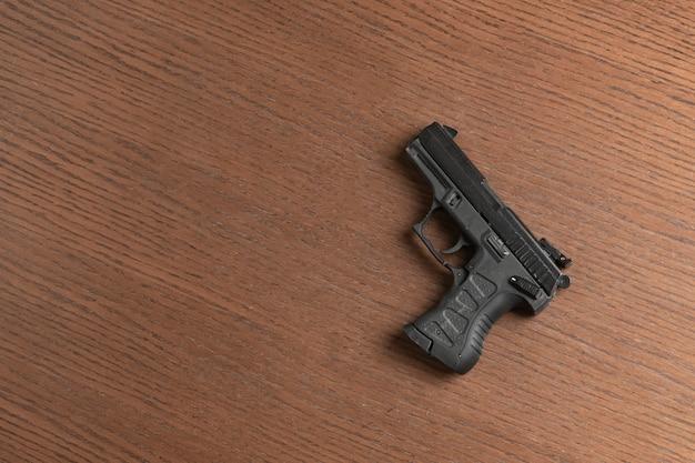Czarny 9mm nowoczesny pistolet strażacki z policjantem na białym tle