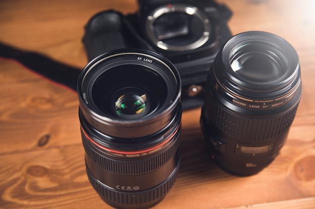 Czarny aparat i obiektyw na stole