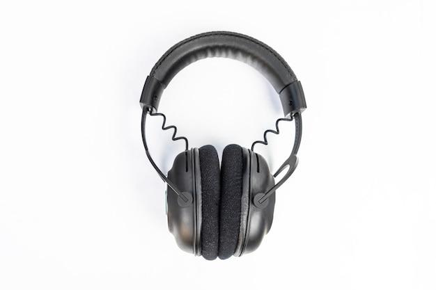 Czarny bezprzewodowy zestaw słuchawkowy na białym tle