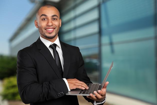 Czarny biznesmen z laptopa