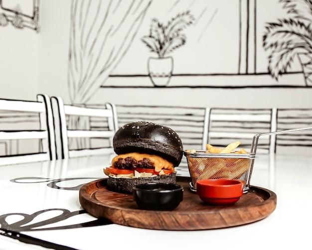 Czarny cheeseburger z frytkami