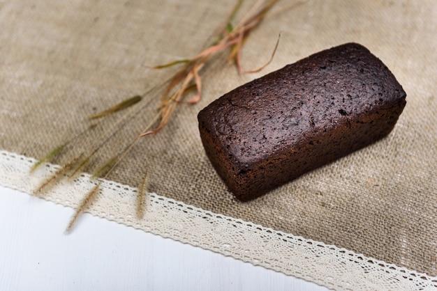 Czarny chleb na płótnie z uszami na białej tablicy