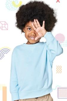 Czarny chłopiec na sobie niebieski sweter w studio