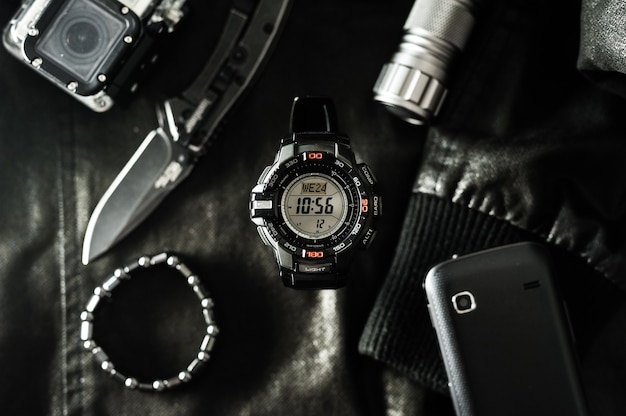 Czarny cyfrowy zegarek do aktywności na świeżym powietrzu ze stoperem, minutnikiem, podświetleniem i wodoodpornością.