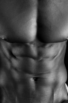Czarny człowiek o muskularnym ciele,