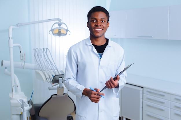 Czarny dentysta w klinice dentystycznej