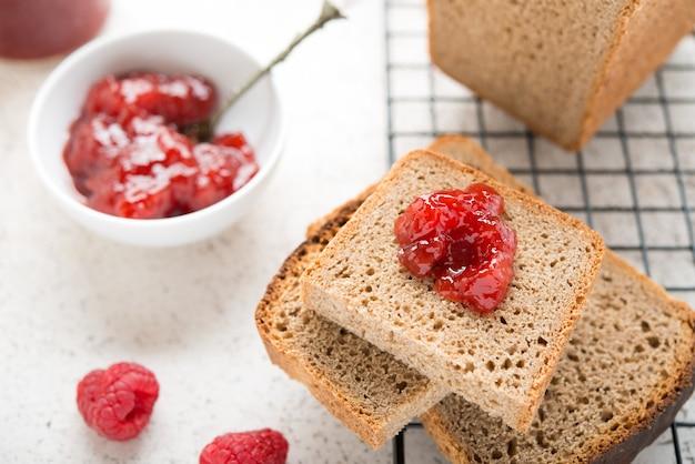 Czarny domowy chleb z dżemem, selektywne focus, bliska