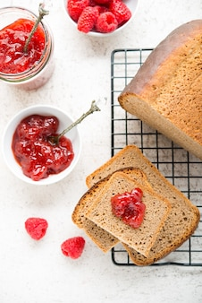 Czarny domowy chleb z dżemem, selektywne focus, widok z góry