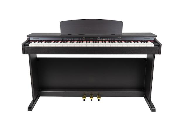 Czarny drewniany nowoczesny fortepian na białym tle