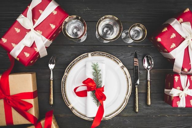 Czarny drewniany stół ze stylową oprawą świątecznego stołu