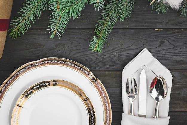 Czarny drewniany stół ze stylowym świątecznym stołem