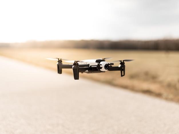 Czarny dron quadcopter na zachmurzonym niebie