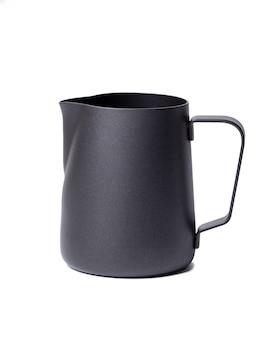 Czarny dzbanek na mleko ze stali nierdzewnej. czarny dzbanek na mleko ze stali nierdzewnej. piankowy dzbanek do latte art. zestaw baristy. na białym tle na białej przestrzeni.