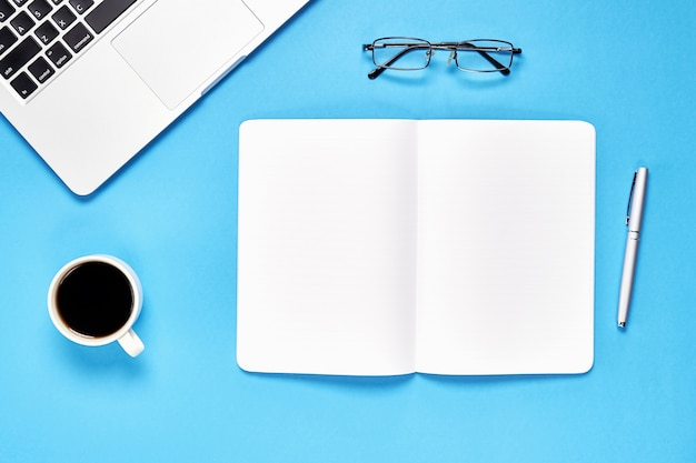 Czarny ekran notebooka puste i laptopa umieszczone niebieskie tło.