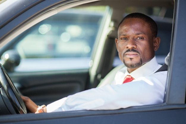 Czarny facet jedzie samochód
