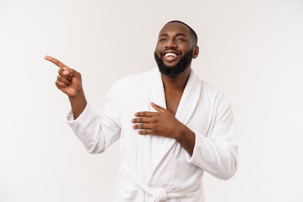 Czarny facet w szlafroku, wskazując palcem z zaskoczenia i szczęśliwy emocji. odosobniony.