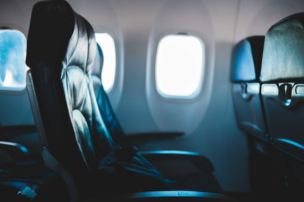 Czarny fotel pasażera w samolocie